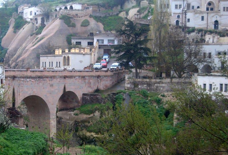 جسر عثماني لقرية إبراهيم باشا في كابادوكيا ، تركيا